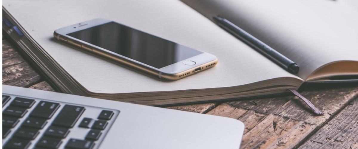 cahier ouvert avec smartphone, réussir ses relations presse