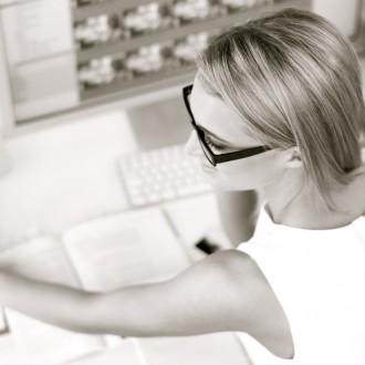 Start-up RP Bordeaux, femme en train de travailler. Relations presse, agence de communication, rédaction de contenus, réseaux sociaux