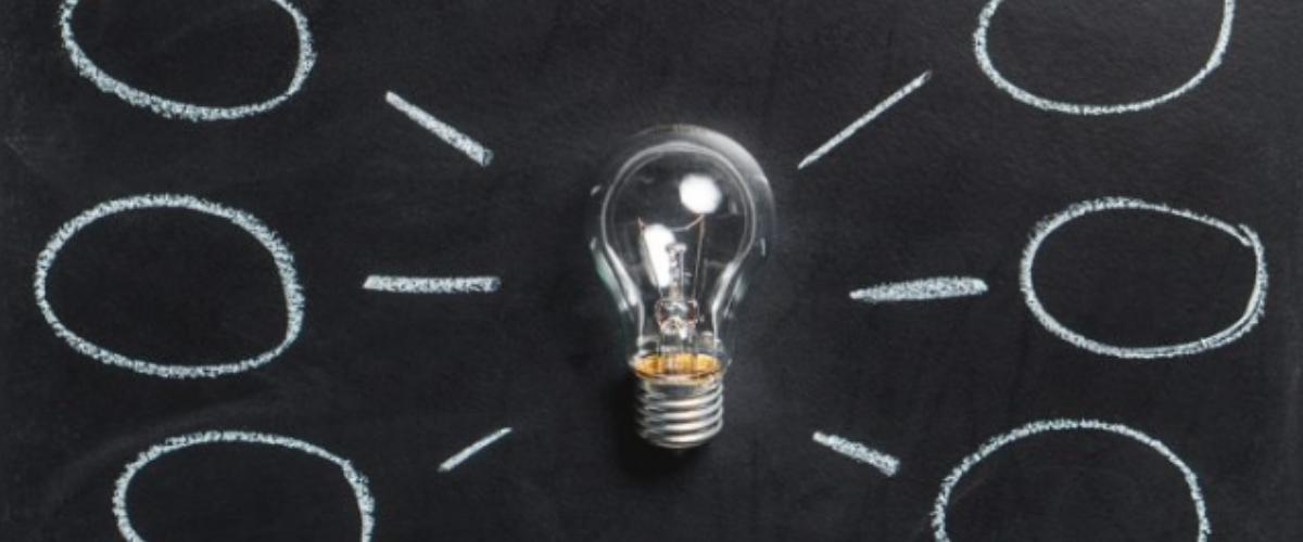 ampoule sur écran noir, mise en place stratégie