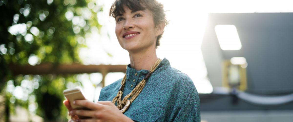 femme avec smartphone, social media, stratégie influence