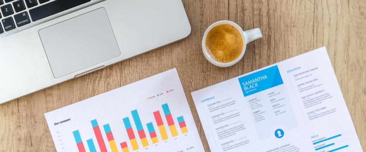 infographie kpi entreprise avec ordinateur et café