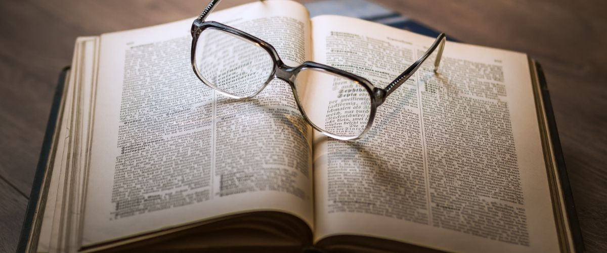 lunettes sur livres ouvert, parlons storytelling